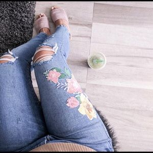 Zara low-rise cropped jeans w/floral embroidery